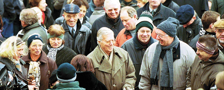 Unter Wanderern: Karlheinz Böhm (Mitte) nahm auf seiner SgH-Tour 2001 auch an der Ortswanderung in Lüsche teil.