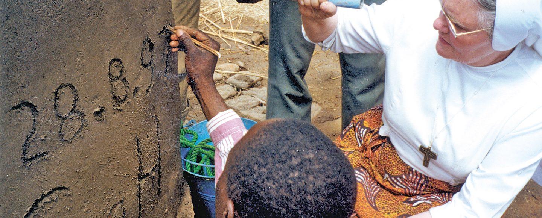 SgH-Brunnen 1997: Schwester Klara Lüers aus Visbek sichert mit Spendengeldern das Überleben in Malawi.