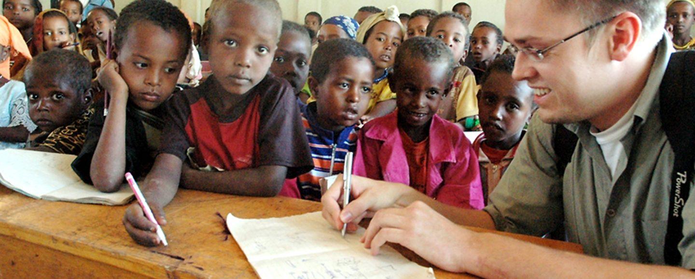 """In Äthiopien unterwegs: OV-Redakteur Volker Kläne besuchte 2008 viele Projekte der Stiftung """"Menschen für Menschen""""."""
