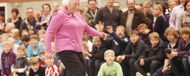 portschauen bieten Unterhaltung pur. Beim Promi-Schießen muss auch die Vereinsmutter ran - wie hier beim SC Bakum.