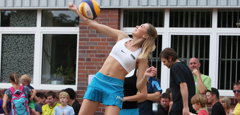 Muskelspiel mit Ball: Eine Cheerleaderin der Blueberries beim einarmigen Baggern. Foto: Schikora