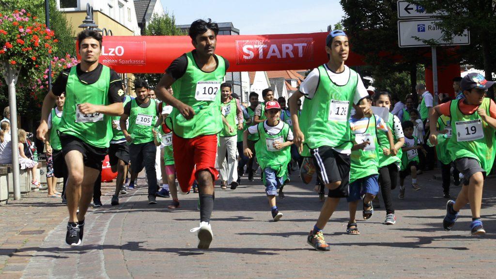 Die Läufer legen los: Der Startschuss erfolgte übrigens per Anpfiff. Foto: Schikora