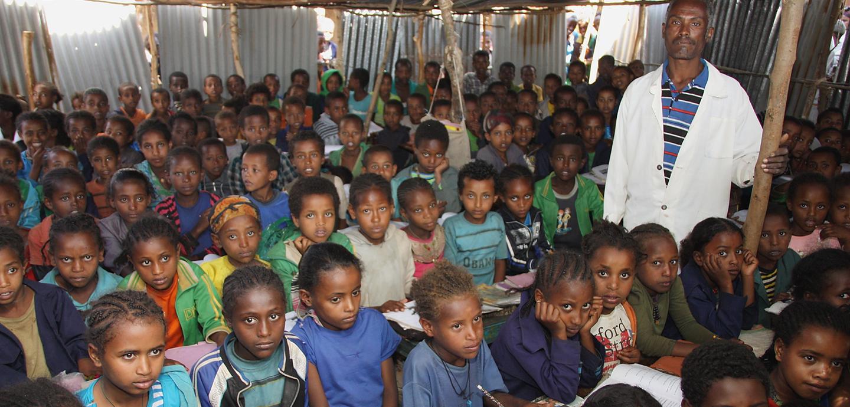 Lernen in einem überfülltenVerschlag: Mehr als 150 Kinder und Jugendliche sitzen eng an eng in den Bänken. Foto: Kläne