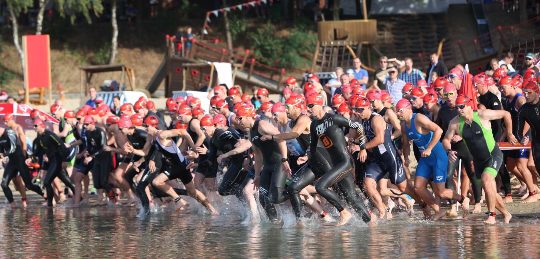 Die Masse setzt sich in Bewegung: Der Sprint- und Staffelwettkampf war komplett ausgebucht. Beim Start ergab das ein imponierendes Bild. Foto: Schikora