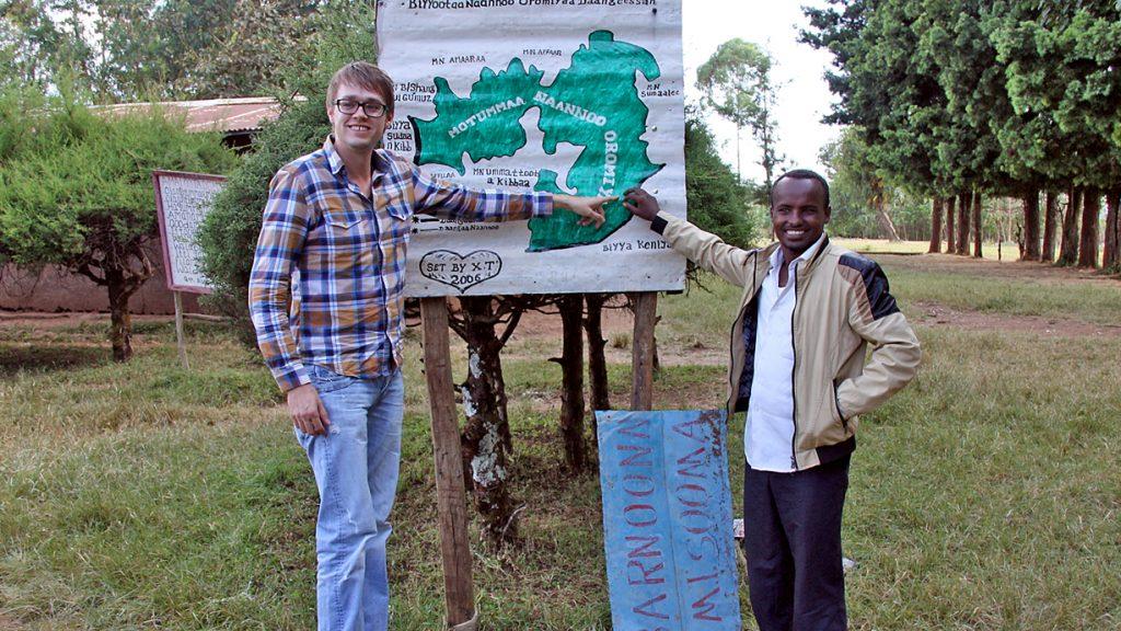 Standortbestimmung: Zekios Dida zeigt OV-Reporter Volker Kläne, wo sich die Schule auf der Karte befindet. Foto: Löhle